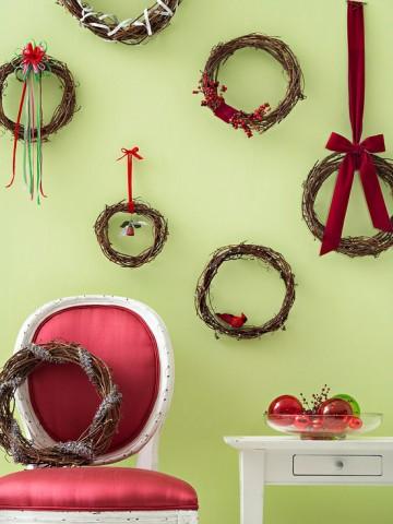 Украшаем стены Украшение пустых стен в вашем доме придаст ему еще более праздничный вид. Для декорирования стен используйте венки из виноградной лозы и яркие элементы. Это могут быть искусственные птицы, небольшие украшения, ягоды.