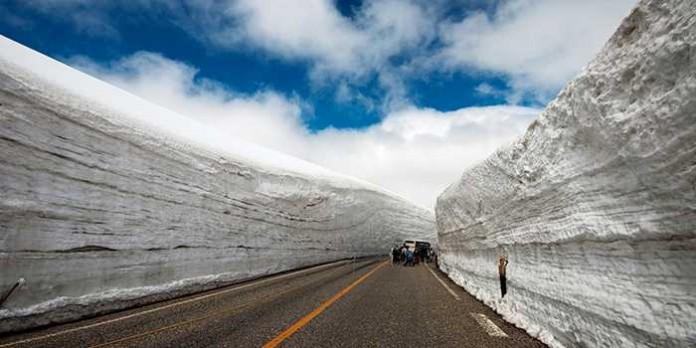 Япония Сугробы глубиной до 20-и метров! Вот так может удивить туристов зима на острове Хоккайдо.