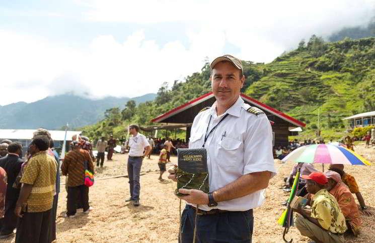 Библия на языке хупла доставлена в Новую Гвинею