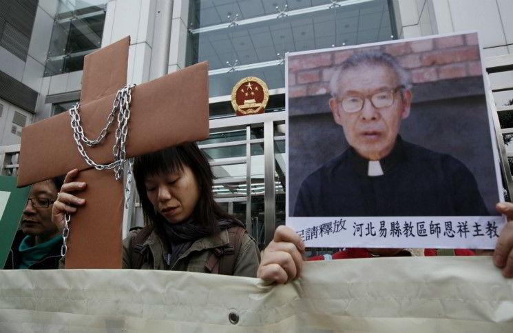 Китайские власти не отдают тело умершего в тюрьме епископа