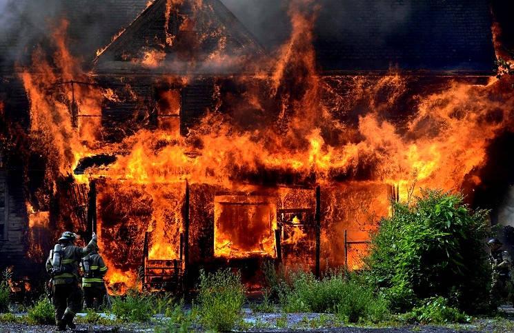 В Нигерии подожгли церковь погибла дочь пастора