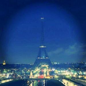 На Эйфелевой башне погасили свет в память геноцида