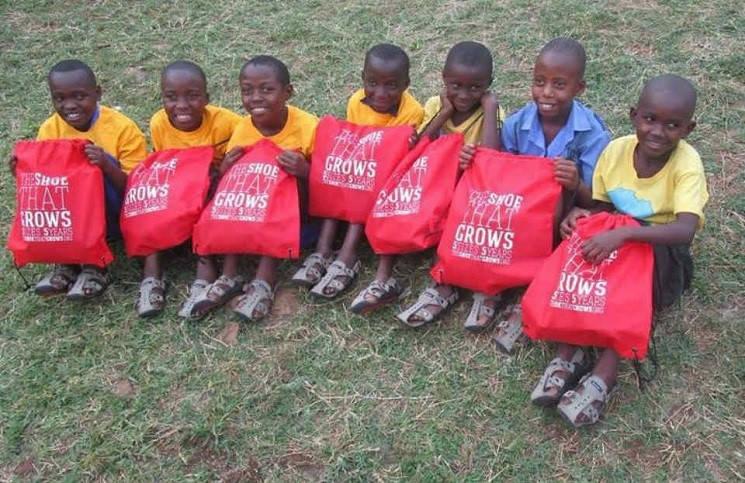 «Растущая обувь» для африканских детей пастор нашел решение