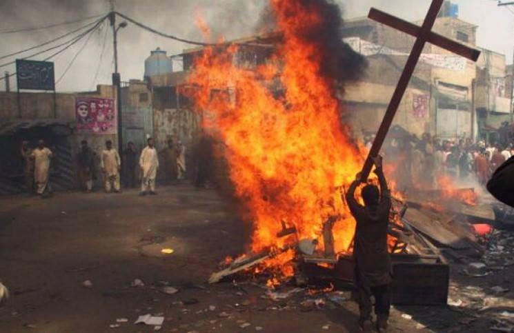 В Индии радикалы пытались уничтожить три христианские церкви