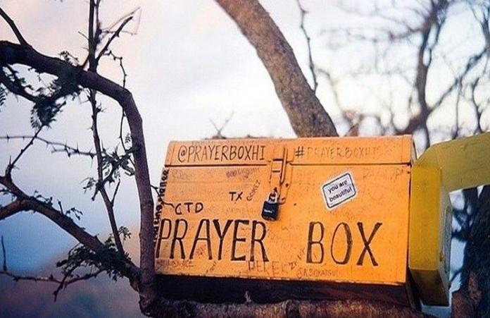 Молитвенная коробка девушка молится за нужды незнакомцев