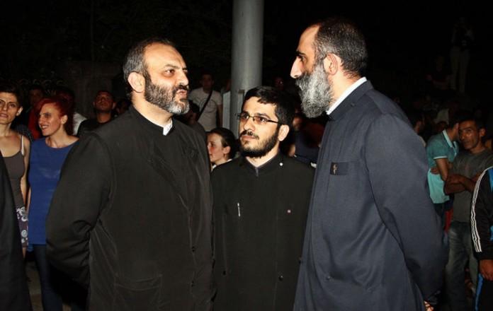 Эчмиадзинские священники пришли на протест, чтобы не допустить столкновений в Ереване