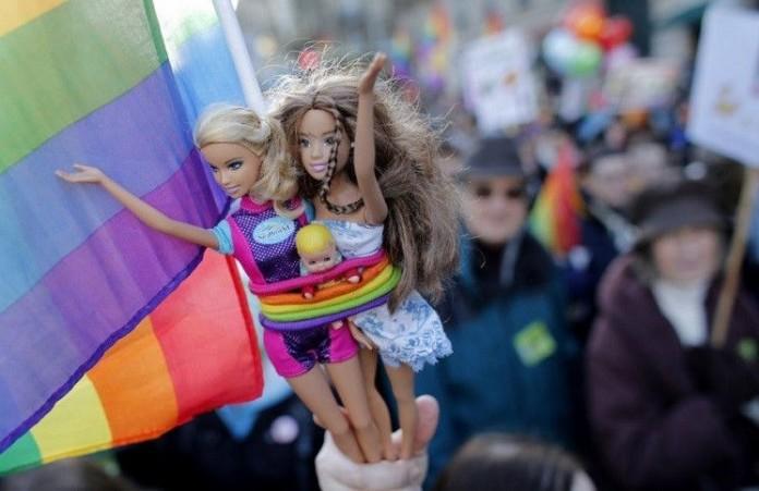 Чилийские власти разрешат гомосексуалистам усыновлять детей
