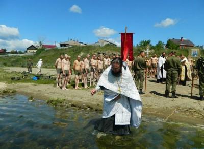Челябинс 82 войсковых разведчика впервые крестились в озере1