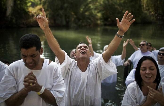 Массовое крещение американских футболистов в школе привело к скандалу