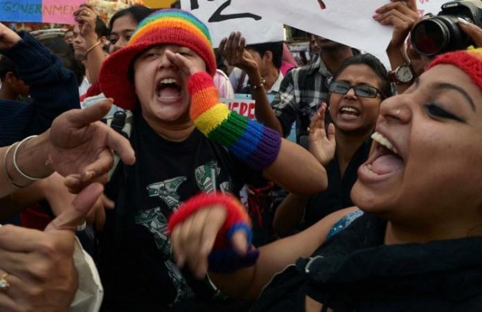 Представители ЛГБТ установили плакат против Ким Дэвис