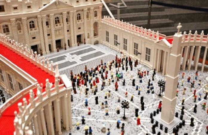 Американский священник сконструировал макет Ватикана из «Лего»