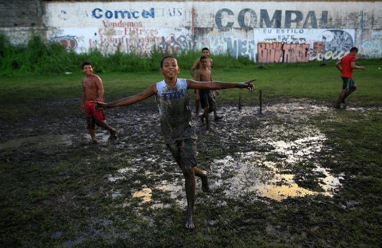 Бразилия христиане евангелизируют детям, используя футбол