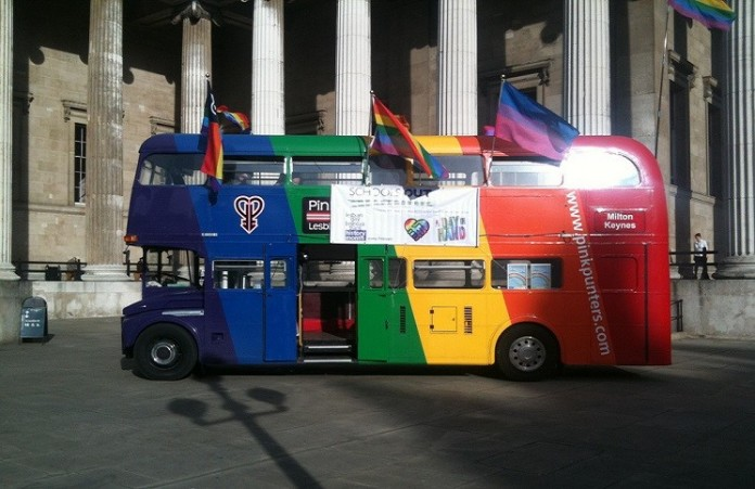 Водителя уволили за отказ водить «гей – автобус»