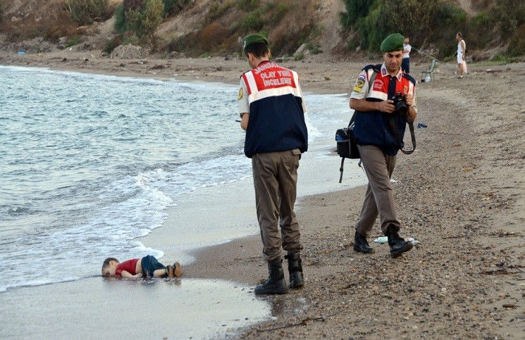 За карикатуры утонувшего сирийского мальчика журналу грозит суд
