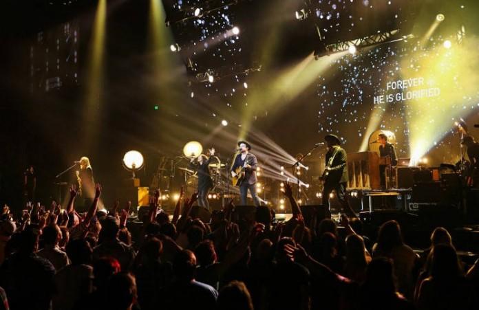 США 10 тысяч человек покаялись на туре хвалы и поклонения