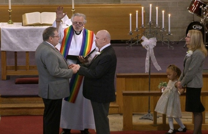 Служитель англиканской церкви вступил в однополый брак