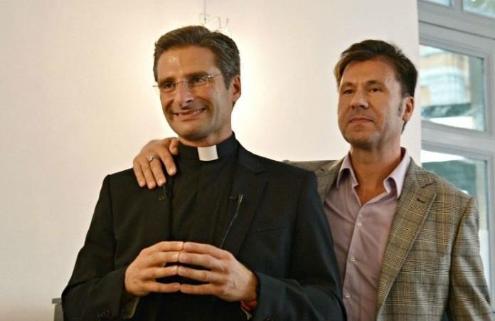 Католический священник был уволен после признания в гомосексуализме