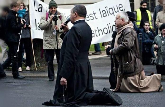 Пробуждение Парижа 7 000 католиков на коленях молились на улицах