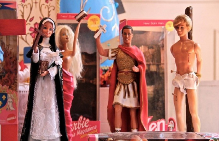 Барби и Кен представили в образе распятого Христа и Девы Марии