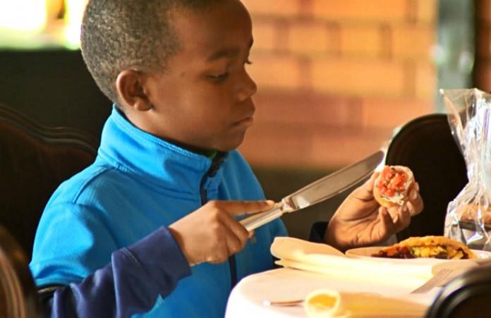 Пир на весь мир: Более 100 бездомных накормили на свадьбе