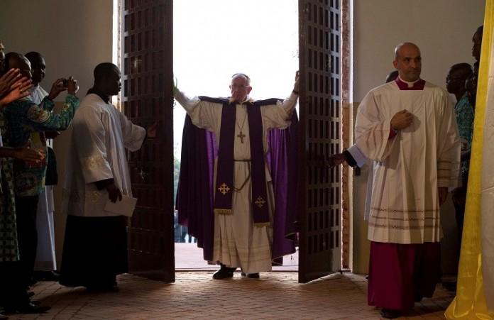 Папа открыл Святые врата в римском приюте «Каритас»