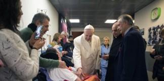 Папа Франциск посетил больных и стариковв год Милосердия