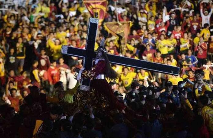 Христиане Филиппин ходят по улицам счудотворящей статуей