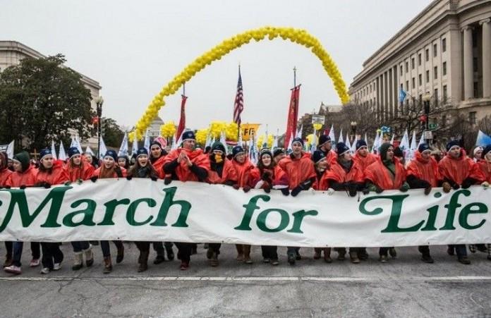 Акция против абортов собирает десятки тысяч сторонников в США