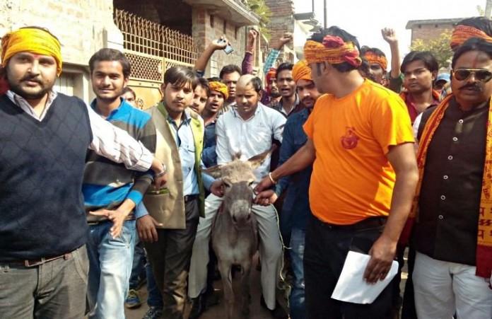 Индия: Толпа индуистов публично унизила христианина
