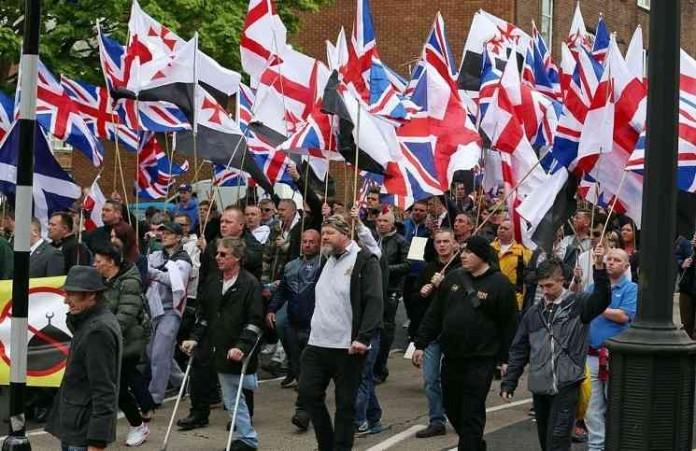 Христиане маршировали в мусульманском районе Англии: видео посмотрели миллионы