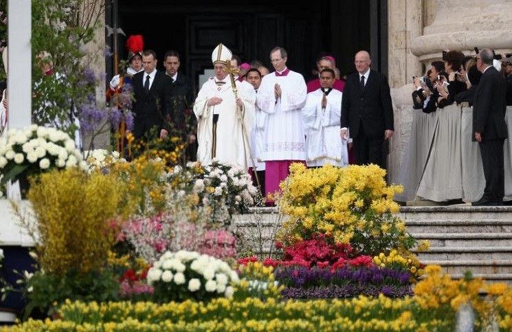 Понтифик совершил пасхальное бдение в Ватиканской базилике