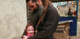 Священник, который случайно усыновил 10 детей...