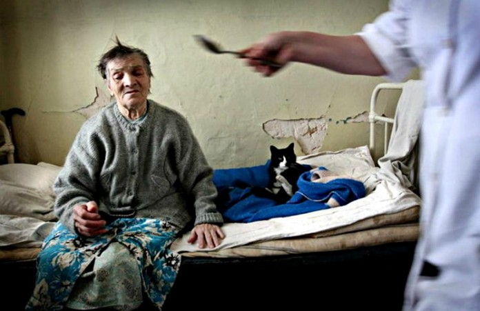 Каждый 10-ый россиянин готов отдать пожилых родственников в дома престарелых
