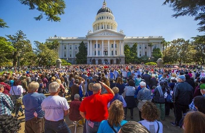 Калифорния 7,500 людей объединились в молитве