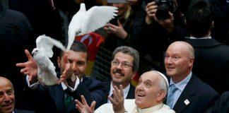 Папа вернулся в Ватикан с 12 беженцами