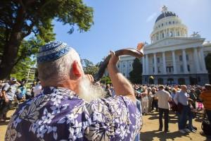 Калифорния: 7,500 людейобъединилисьв молитве
