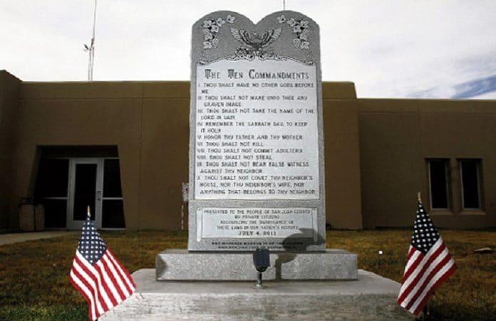 Атеисты снова хотят разрушить памятник 10 заповедей