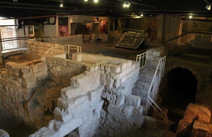 Археологи собрали напольную мозаику второго еврейского храма