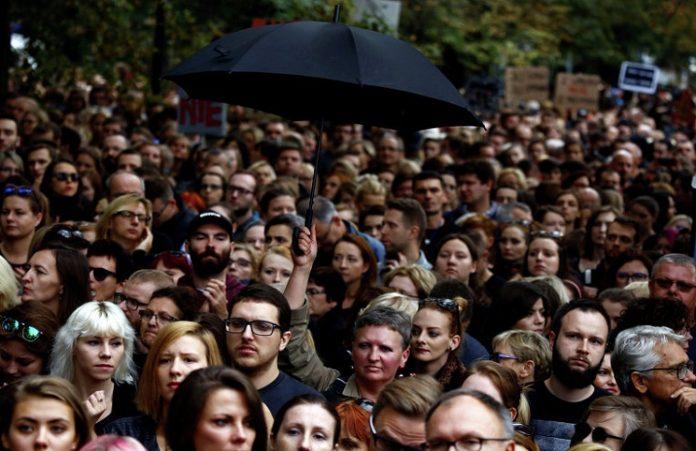 Многотысячные акции протеста против полного запрета абортов проходят в Польше