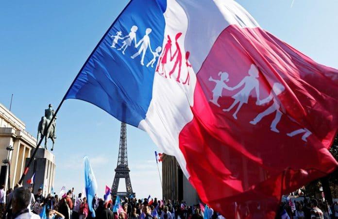 Десятки тысяч парижан провели марш против однополых