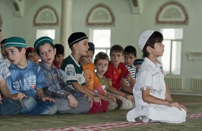 В Голландии школьников обучают исламу, призывая совершать намаз
