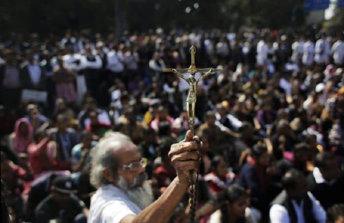 Индия: христианская пара стояла 17 часов в ледяном пруду из-за отказа отречься от Иисуса