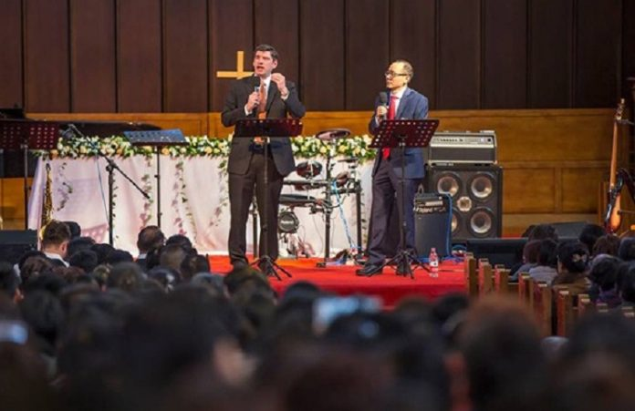 Китай: Сотни людей приняли Христа на служении внука Билли Грэма