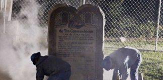 Школа уберет памятник десяти заповедям и заплатит $163 500
