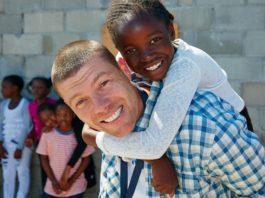 7 причин стать миссионером Не буду говорить о само собой разумеющихся причинах, таких как призвание или Божье поручение, это все и так понятно. Помимо этого существует семь других веских причин стать миссионером, хотя бы на несколько месяцев или даже на пару лет. 1. Расширение мировоззрения Даже если вы считаете себя человеком с широким мировоззрением, поверьте, пожив какое-то время на миссии, окруженные чужой культурой, вы убедитесь, что это не так. Ваше мировоззрение будет растягиваться и туда попытается втиснуться то, чего вы не понимаете и не хотите понимать, а тем более принимать. Но, тем не менее, это принесет больше свободы, и вы научитесь видеть суть вещей и людей, не спотыкаясь о внешнее, неважное, второстепенное. 2. Приобретение новых навыков, а может и профессии И не говорите, что приехали работать исключительно с детьми! Вы не сможете отсидеться в стороне и не освоить новую профессию. Как правило, людей в команде не хватает и одному человеку приходится играть несколько ролей сразу. Так сказать, многопрофильность. Вы никогда не строили клетки для кур и кроликов? Теперь будете строить! Вы не разбирались в документах и бухгалтерии – придется изучить и эту сферу. Как говорится, гугл в помощь. Как минимум, вы научитесь готовить, если раньше не умели этого делать, поскольку прислуги на миссии нет, и каждый член команды готовит по очереди. 3. Духовный рост Куда без него, мы же все-таки христиане. Когда человек начинает служить, а не только потреблять, он растет духовно, а если вы на миссии, то рост происходит в разы интенсивней. А все потому, что здесь некому и некогда кормить вас с ложечки прописными истинами. Пищу приходится добывать самому, иногда выгрызать зубами, откуда только возможно. К тому же здесь столько разных ситуаций, интересных людей и новых вызовов, что либо вы начинаете возрастать, либо… но речь не об этом. Обращаясь за ответами к Богу, начинаете больше доверять Ему, понимать себя и других. 4. Новые друзья и знакомые Список ваших контактов буде