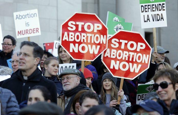 Новый закон во Франции ставит под запрет критику абортов