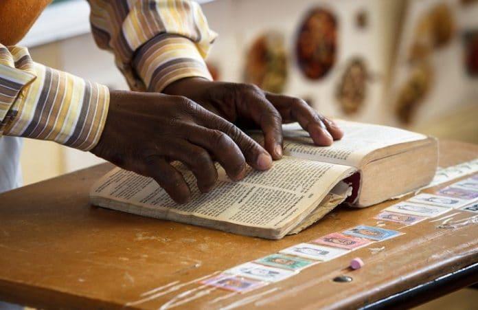 Франция: учителя отстранили от работы за цитаты из Библии