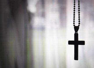 США: учительница заставила учеников снять нательные крестики