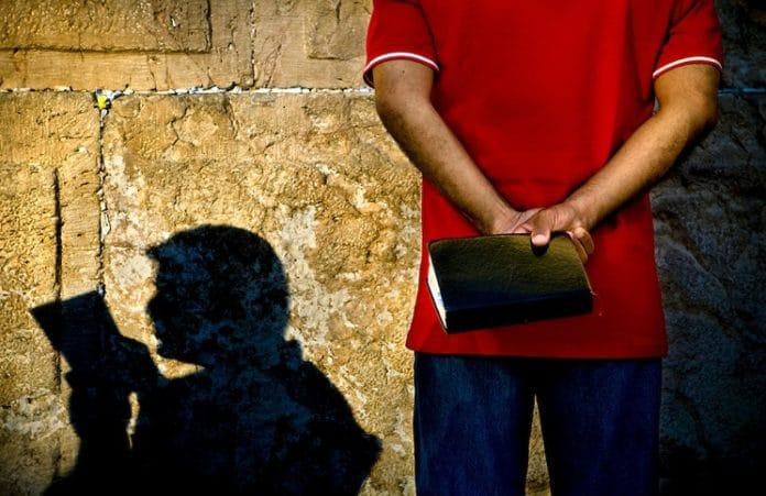 Библия - полезная, но не активно читаемая книга: Опрос
