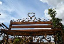 Надпись на скамье вызвала споры между верующими и атеистами